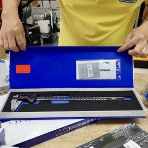Thước kẹp điện tử 300mm trong hộp đựng bằng giấy carton