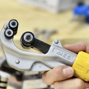 Chữ MCC được đúc nổi trên cán cầm của dao cắt ống đồng