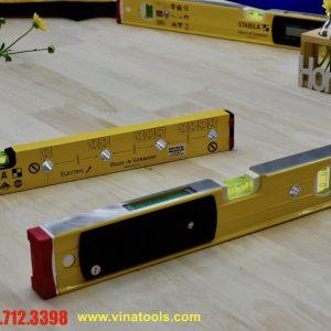 Mặt lưng của thước thủy điện tử là nơi lắp pin