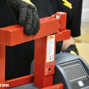 Luôn đeo găng tay cách nhiệt khi dùng máy gia nhiệt vòng bi