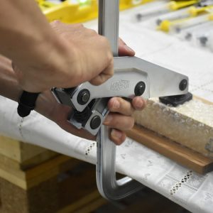 không chỉ kẹp gỗ, cảo chữ F còn dùng cả cho kim loại