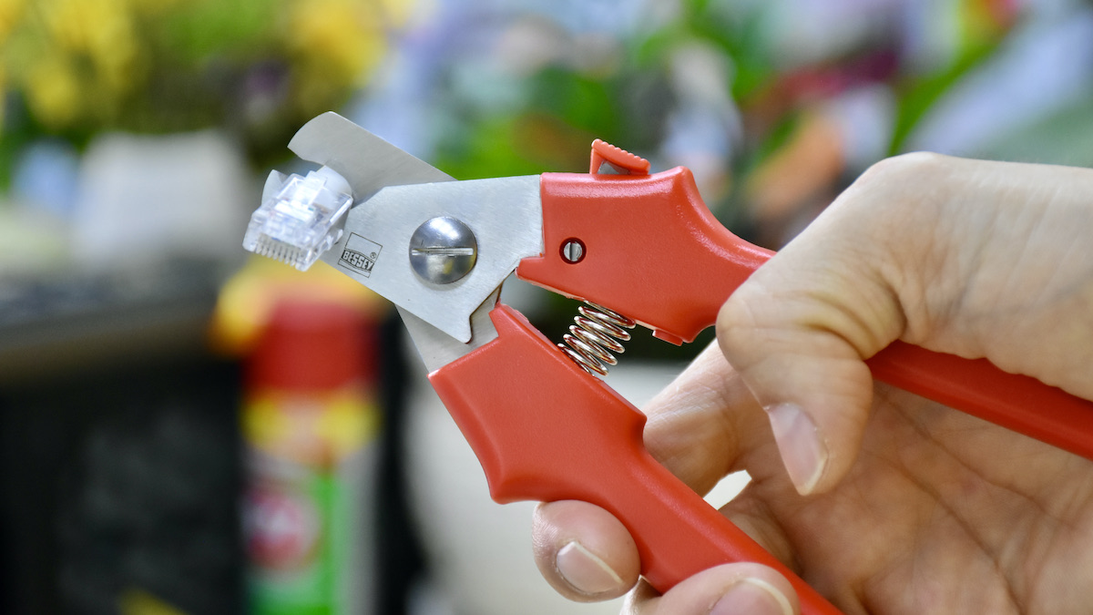 Được thiết kế 1 rãnh cong lõm trên thân lưỡi giúp cố định sợi dây cáp khi cắt