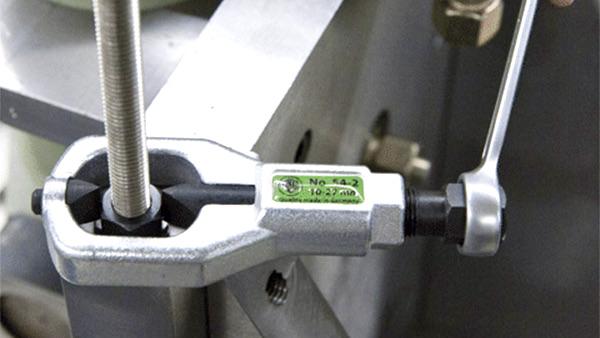 Dùng cờ lê để xiết lưỡi cắt trực tiếp lên thành đai ốc. K-54-B. Kukko - Made in Germany